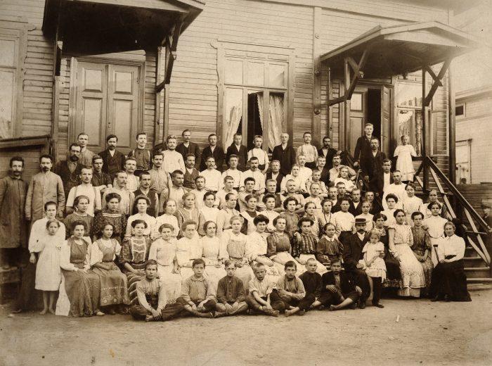 Emil Aaltonen ja Tampereen kenkätehtaan työväki vuonna 1907.
